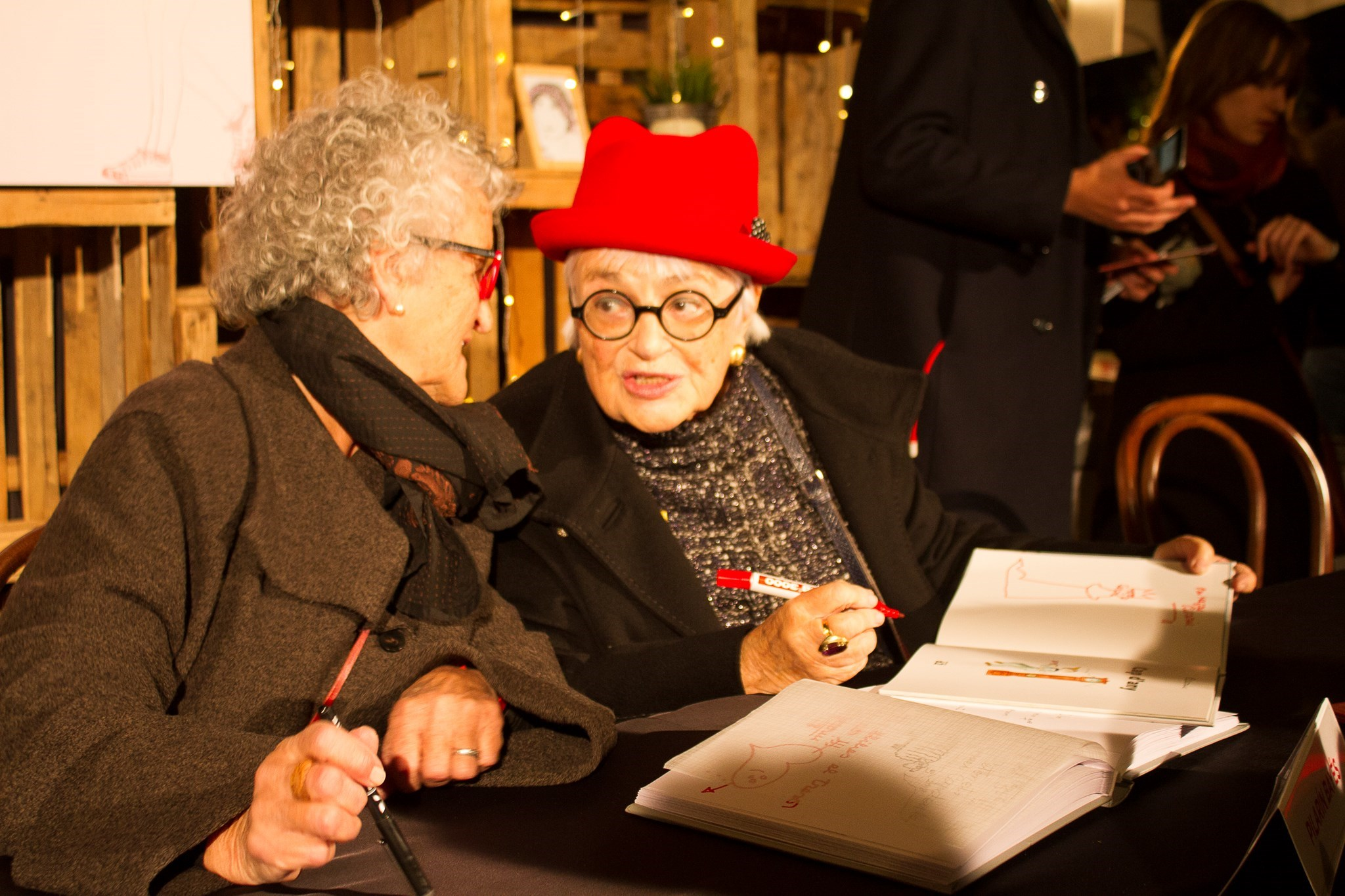 Roser Capdevila i Pilarín Bayés signant llibres
