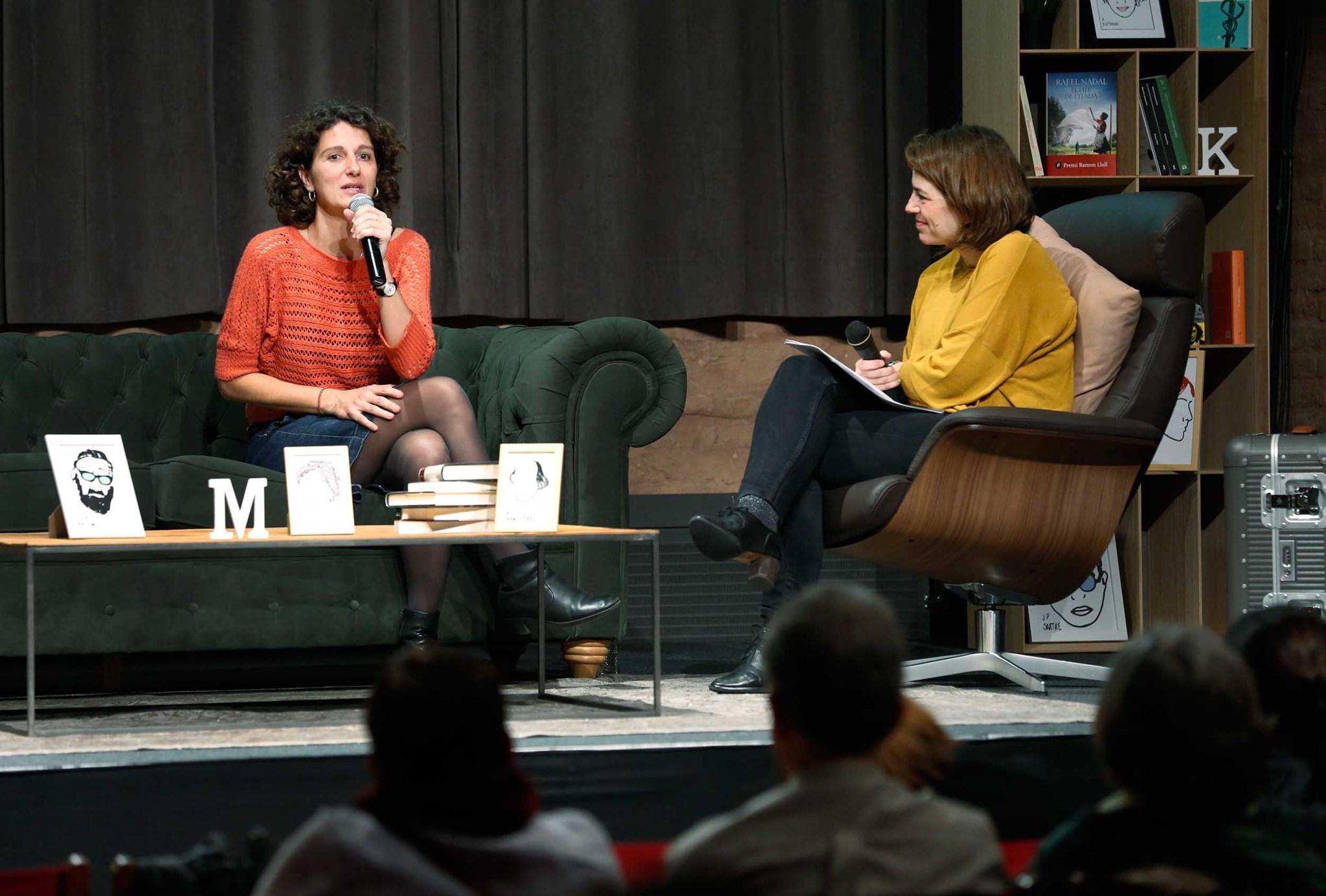 Marina Garcés conversant amb Anna Guitart