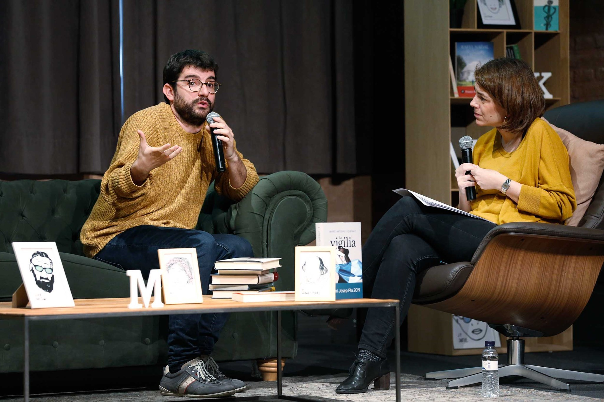 Marc Artigau conversant amb Anna Guitart