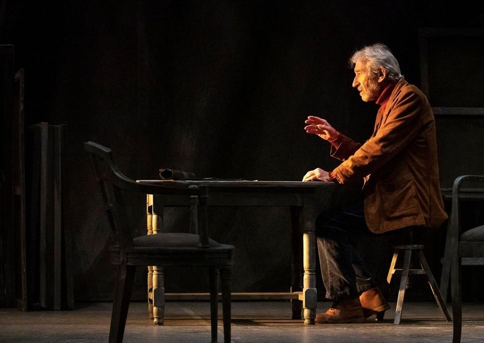 Señora de rojo sobre fondo gris - Teatre Romea