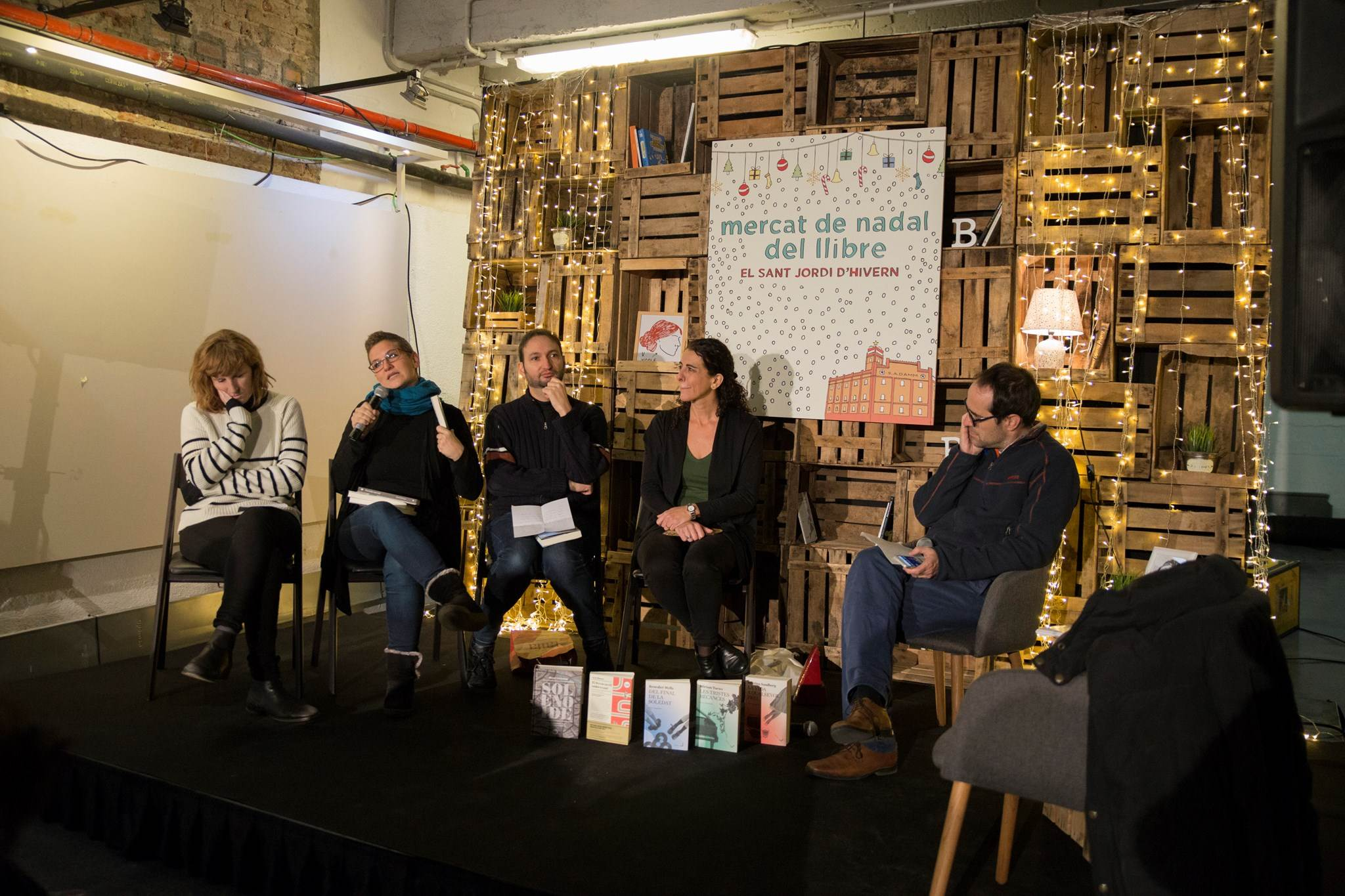 Eugènia Broggi, Laura Huerga, Aniol Rafel, Maria Sempere, amb Bernat Puigtobella al combat d'editorials