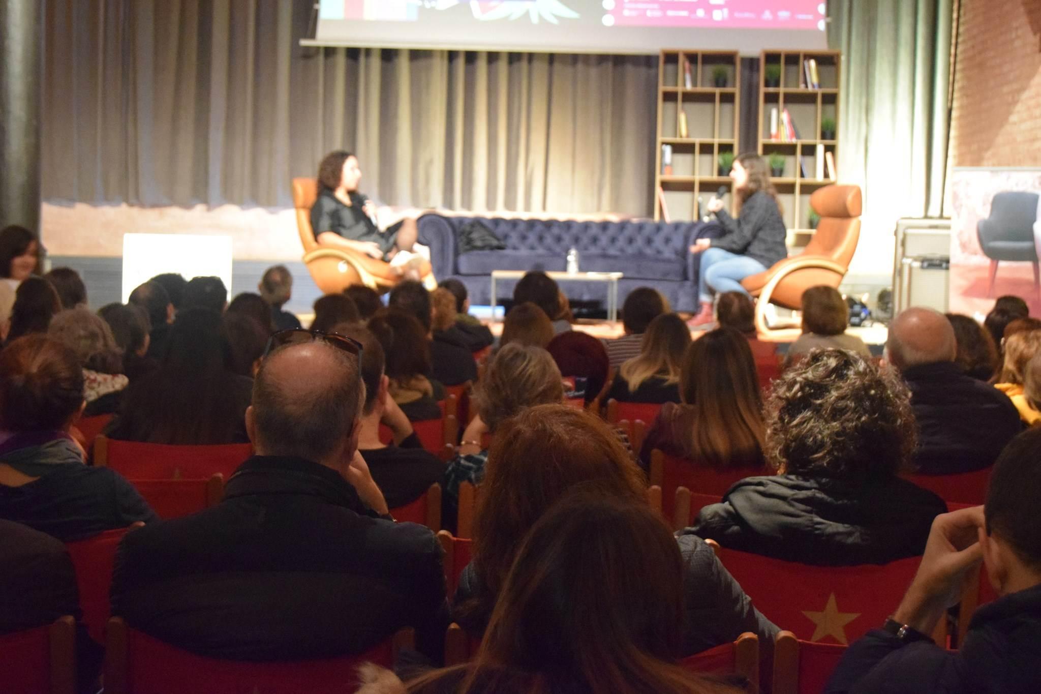 Exit d'aforament a la xerrada de feminisme i identitat amb Najat El Hachmi