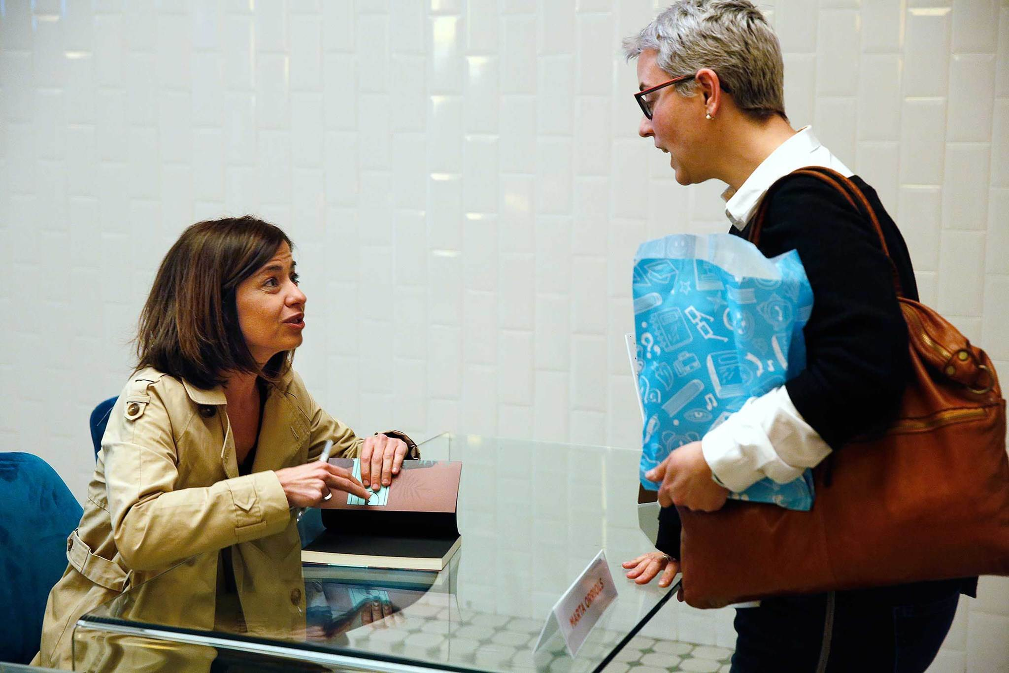 Marta Orriols signant llibres