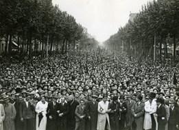 <p><em>Manifestació antifeixista i per la llibertat organitzada per la Generalitat de Catalunya</em>, 1934. Perez de Rozas © Ajuntament de Barcelona</p>