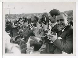 <p><em>Josep Gaspar, Josep Brangulí i Carlos Pérez de Rozas, entre d'altres fotògrafs, cobrint el combat de boxa Uzcudun-Carnera a Montjuïc, l'any 1930. Foto: Pablo Luís Torrents</em></p>